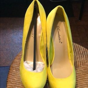 Breckelles Collection Bright Yellow Wedges-New